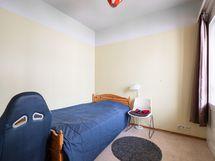 Makuuhuone, jossa liukuovi ja käynti parvekkeelle