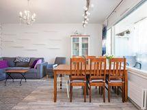 Tilaa ruokapöydällä niin keittiössä kuin olohuoneessakin.