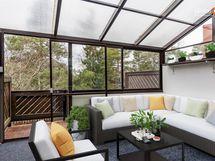 Yli 12 m2 katettu, lasitettu terassi länteen...