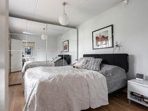 Alakerran makuuhuoneessa isot liukuovikaapistot