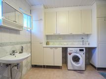 Ikkunallisessa kh/khh:ssa pesukone ja kuivausrumpu mahtuvat vierekkäin