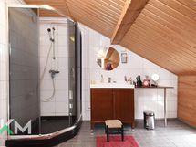 Yläkerran kylpyhuone/wc tila
