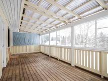 Pienemmän asunnon terassi