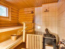 Saunassa puukiuas ja suihku