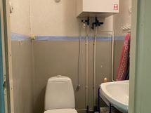 Wc. Lämmnvesivaraaja ja vesimitari, joten kuumaa vettä tulee hanasta ja vesi ei lopu.