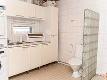 Pesuhuoneessa kodinhoitotilaa ja wc-istuin