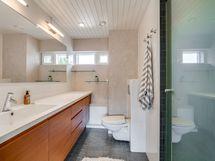 Yläkerran toinen kylpyhuone.