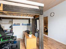 Yläkerran makuuhuone (2)