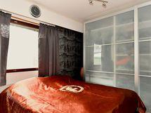 Toisessa makuuhuoneessa on komea liukuovikaapisto