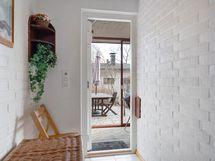Pukuhuoneesta on käynti lasitetulle terassille, josta pääsee suoraan omalle pihalle