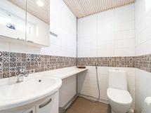 Makuuhuoneen yhteydessä oma wc
