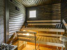 Erillisessä piharakennuksessa oleva sauna