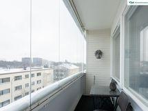 Koko asunnon levyiseltä lasitetulta parvekkeelta on avarat näkymät yli kattojen. Arvokas lisähuone useina vuodenaikoina.