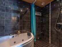 Kylpyhuone, tunnelmavalot ja kaiuttimet