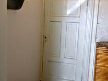 Talon eteistilaa, josta ovi myös kamariin, oikealta käynti tupaan