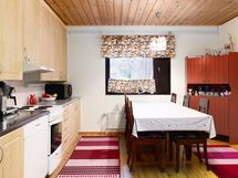 keittiö johon mahtuu reilunkokoinen pöytä