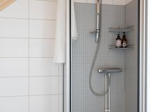 Yläkerran kylpyhuoneessa suihku.