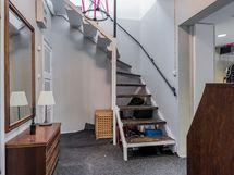 Näkymä portaikkoon / itäiseen eteistilaan