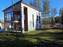 Talo sijaitsee omalla tontilla metsän reunassa