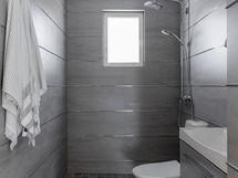 Yläkerran remontoidussa wc:ssä myös suihku
