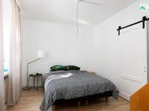 Rauhallisessa makuuhuoneessa on tilaa kuvan parisängylle.
