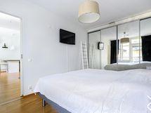 Tilava makuuhuone jossa liukuovikaapistot