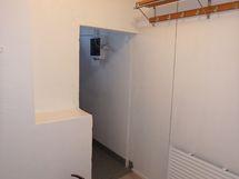 Pukuhuone, josta kulku myös tekniseen tilaan.