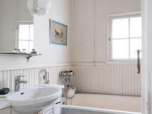 Suloinen vanhempi ikkunallinen kylpyhuone, jossa kylpyamme.