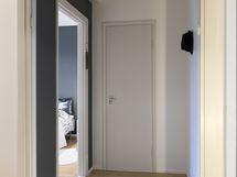 Eteisen käytävätilan kautta kulku kaikkiin huoneisiin.