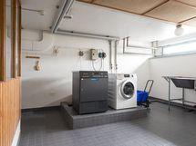 Taloyhtiön pesutupa kuivaushuoneen suunnalta kuvattuna
