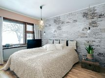 Kaunis makuuhuone, jossa säilytystilaa kaapistoissa.