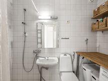 Kylpyhuoneessa on tilaa niin pesukoneelle kuin purkeille ja purnukoillekin.