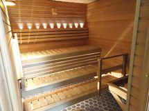 Taloyhtiön sauna loistaa uutuuttaan.
