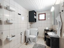Tyylikäs kylpyhuone, jossa tilaa kodinhoitopisteelle.