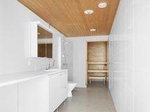 Kylpyhuone/wc kodinhoitotilalla ja oma sauna