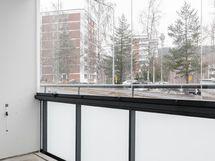 Kuva Hiihtäjän stailatusta A1 huoneiston lasitetulta parvekkeelta