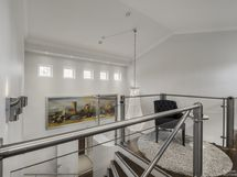 Korkea eteisaula, portaat yläkerrokseen