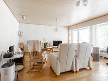 Olohuone, jonka yhteydessä asunnon levyinen, aurinkoinen parveke