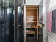 Suihkun kääntyvät ovet ja käynti saunaan