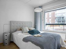 Alakerran stailatun asunnon makuuhuone