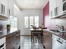 Keittiön kaapistoja ja ruokapöydän paikka