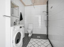 Kylpyhuone noudattaa samaa vaaleaa linjaa