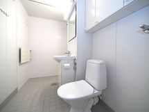 Tilava kylpyhuone/wc.