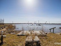 Laituri on kuvassa kuivalla maalla, kiinnitys rannassa, kelluva laituri.