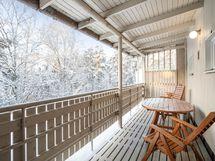 Taloyhtiön katetulta terassilta kuvaa, joka on saunaosaston yhteydessä.
