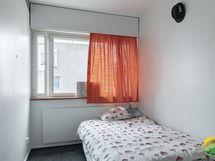 1. makuuhuone. Ikkuna kävelykadun puolelle