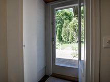 Ovi takapihalle, pesuhuoneen käytävä.