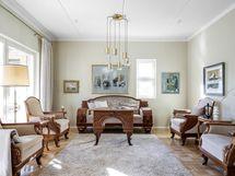 Ylellinen olohuone, josta käynti terassille