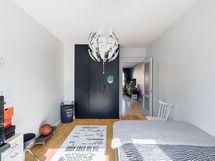 2.makuuhuone mustat vaatekaapit