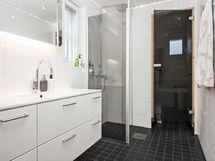 Kylpyhuone remontoitu vuonna 2013